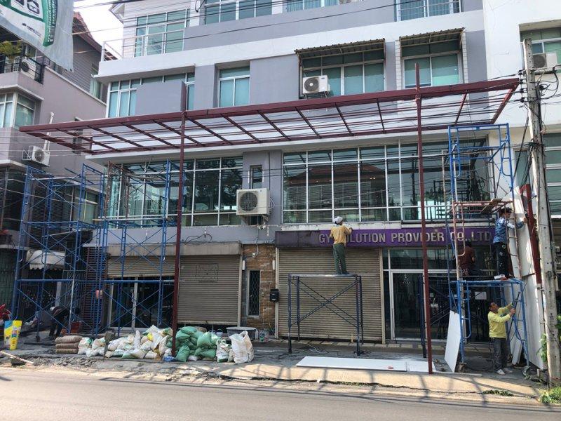ก่อนทำงานโครงหลังคาเหล็ก ทำหลังคาด้านหน้าอาคาร