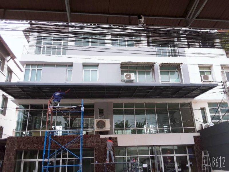 หลังทำงานโครงหลังคาเหล็ก ทำหลังคาด้านหน้าอาคาร